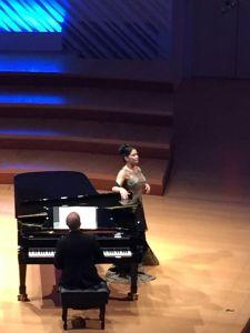 Eglise y el pianista Roberto Berrocal durante la actuación